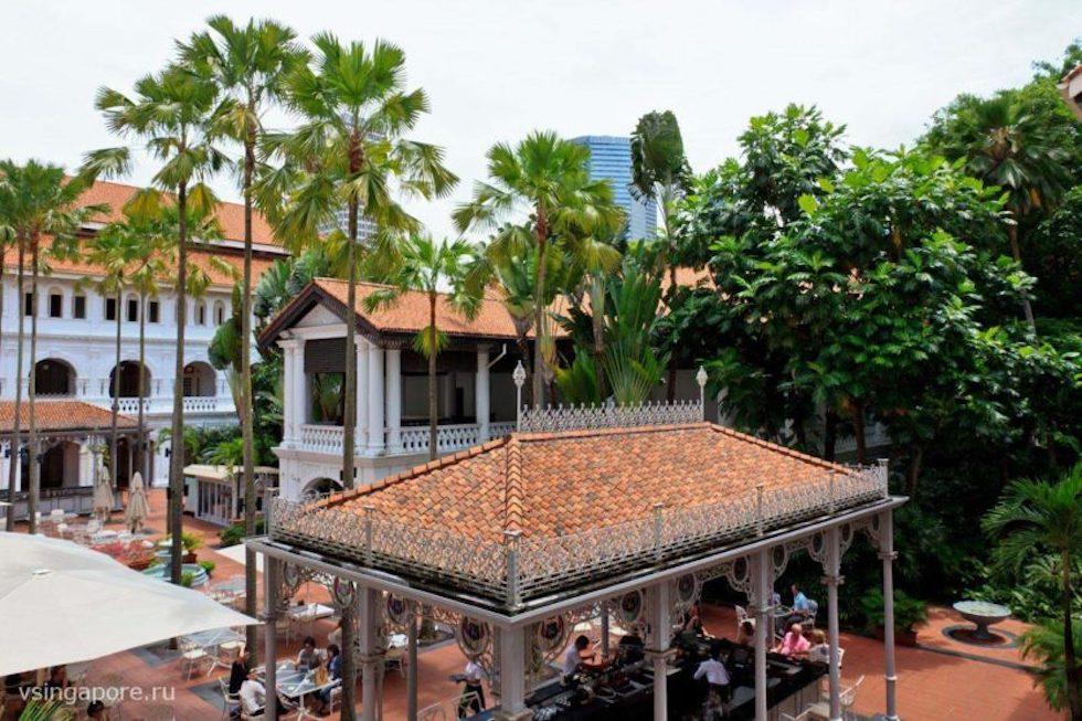 Вид сверху на бар и ресторан Отеля Раффлз